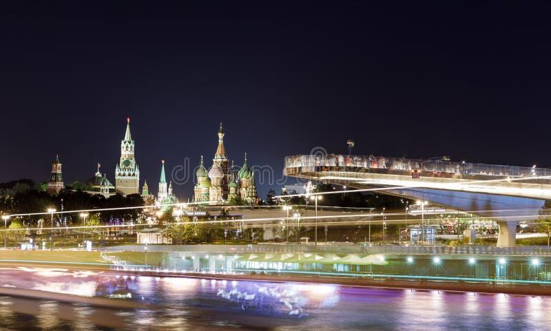 Движение воды и автодорожного транспорта на реке и обваловка около реки Кремля и Москвы от Zaryadye городского стоковые фотографии rf