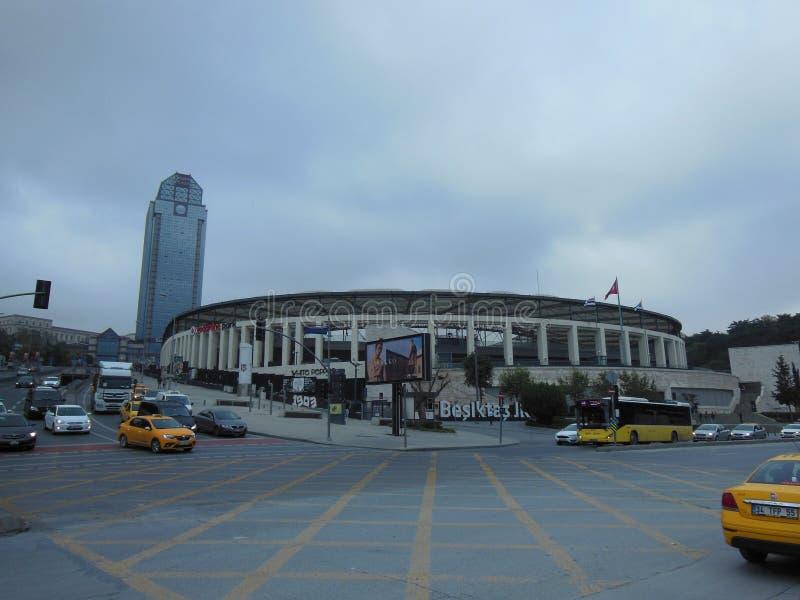 Движение в Стамбуле около стадиона арены Vodafone стоковые фото