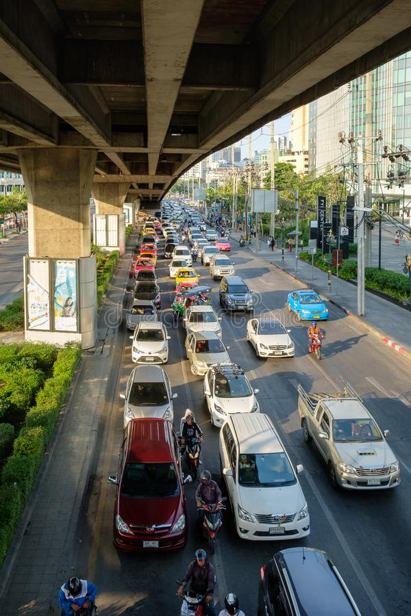 Движение двигает медленно вдоль занятой дороги в Бангкоке, Таиланде ankh стоковое фото rf