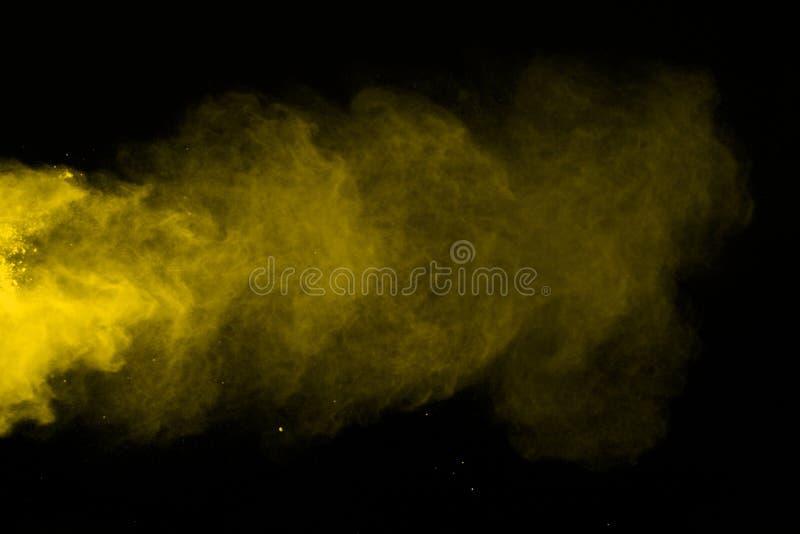Движение замораживания желтого изолированного взрыва пыли покрасьте порошок бывший стоковые изображения rf