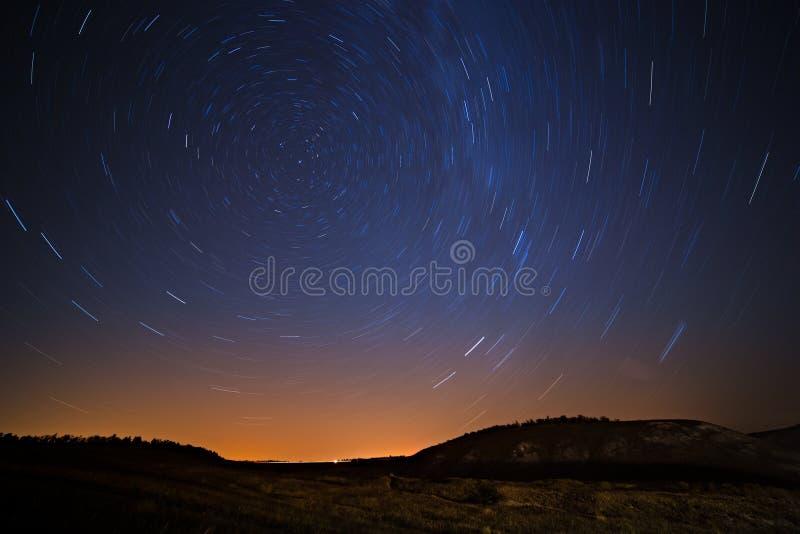 Движение звезд вокруг Полярной звезды в городе ночи стоковые фото