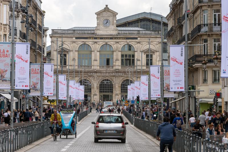 Движение и люди идя на улицу Faidherbe Франция lille стоковое изображение rf