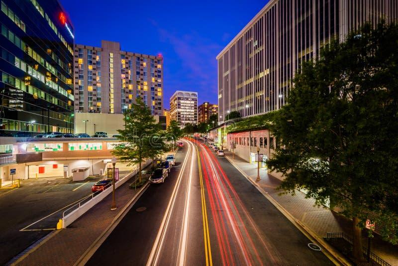 Движение и современные здания вдоль улицы Nash на ноче, в Ross стоковая фотография rf