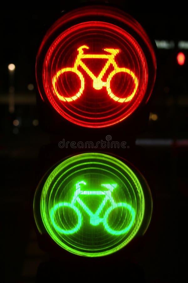 движение красного цвета зеленого света велосипедистов стоковое изображение rf