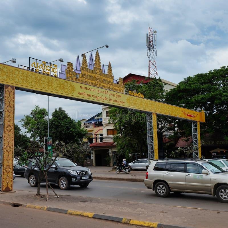 Движение мотора на улице города в Югоой-Восточн Азии, пасмурной погоде, желтом своде с надписями стоковое изображение