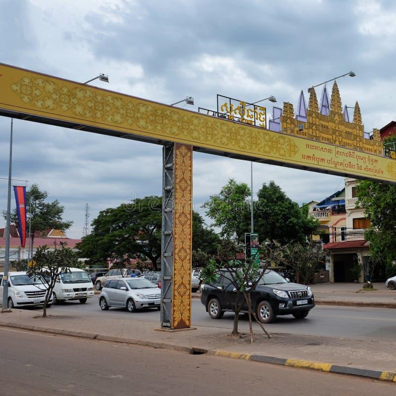 Движение мотора на улице города в Югоой-Восточн Азии, пасмурной погоде, желтом своде с надписями стоковое фото