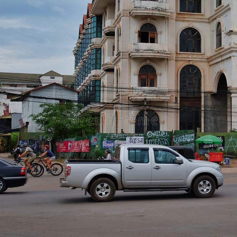 Движение мотора на улице города в Юго-Восточной Азии, пасмурной погоде, большом получившемся отказ доме стоковое фото rf