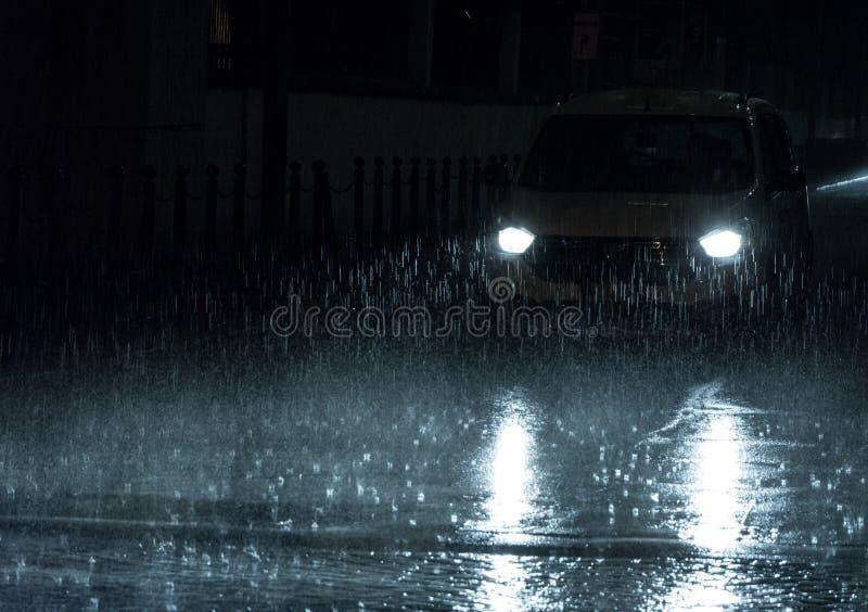 Движение на дождливой ночи стоковая фотография rf
