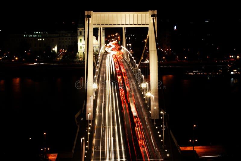 Движение на мосте вечером Будапеште Elisabeth, Венгрии стоковые изображения