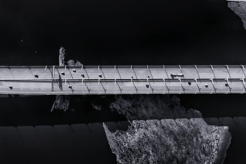 Движение на повышенной дороге над видом с воздуха моря стоковое фото