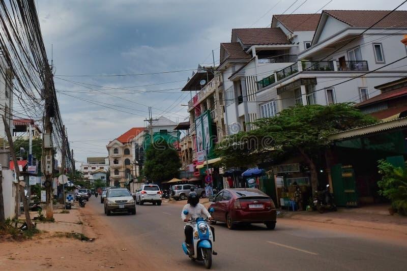 Движение на улицах азиатского города, пасмурная погода стоковая фотография