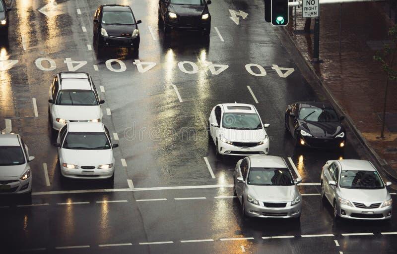 Движение на улице города на дождливый день стоковая фотография