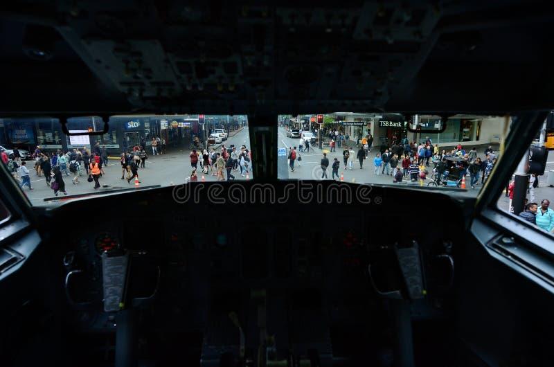 Движение на улице ферзя как она взгляд от арены Боинга 737 стоковая фотография