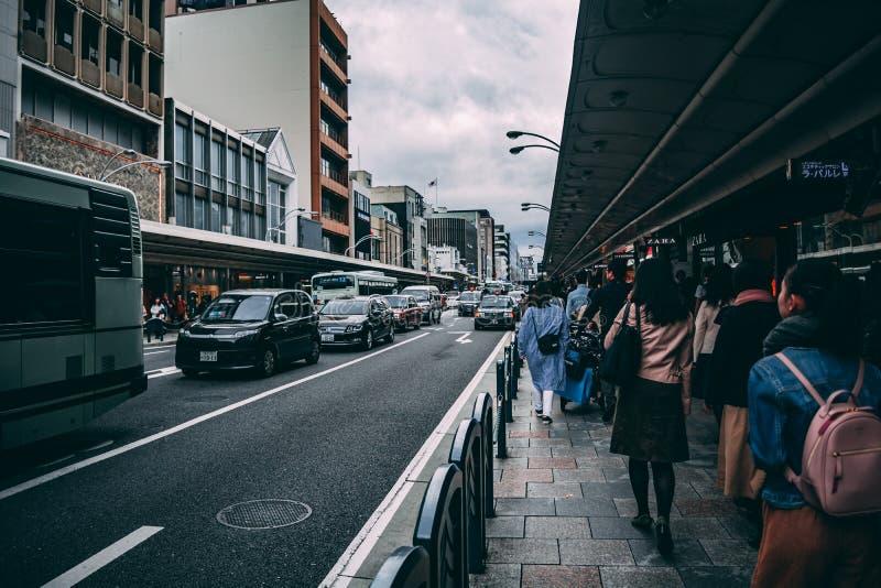 Движение на шоссе Киото кроме торговой улицы стоковое изображение rf