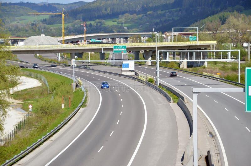 Движение на шоссе словака D1 Следующая часть этой трассы под конструкцией в предпосылке стоковая фотография rf