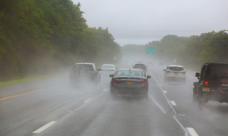 Движение на шоссе на туманный дождливый день стоковое фото rf