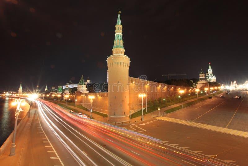 Движение ночи Москвы стеной Кремля стоковые фото
