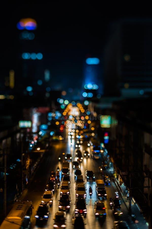 движение ночи bangkok Улица в центре города заполнила с велосипедами и такси автобусов пассажира автомобилей Город ночи освещает  стоковое изображение rf
