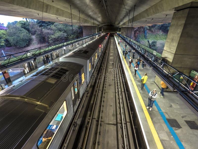 Движение поездов и пассажиров в станции Sumare стоковое изображение