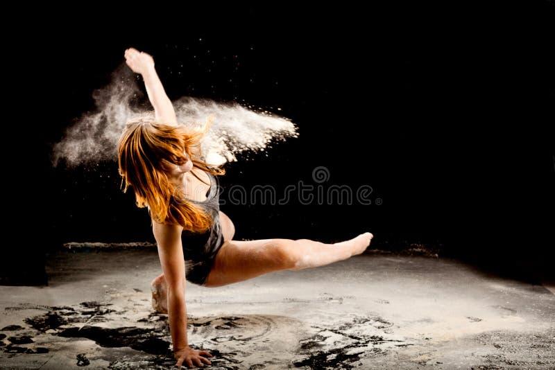 Движение танцора порошка exressive стоковое изображение rf