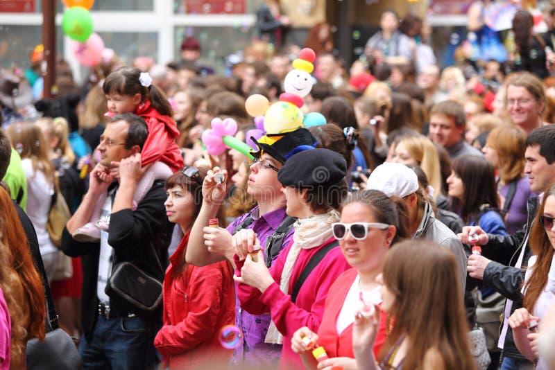 Движение толпы счастливых людей стоковые изображения rf