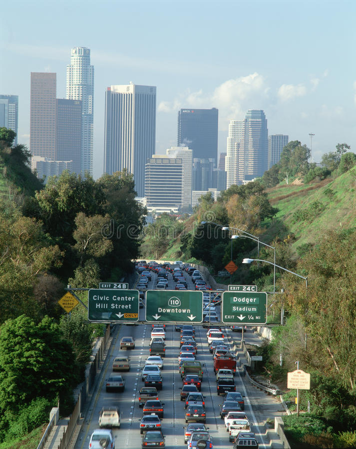 Движение часа пик, Los Angeles, CA w/skyline стоковое фото rf