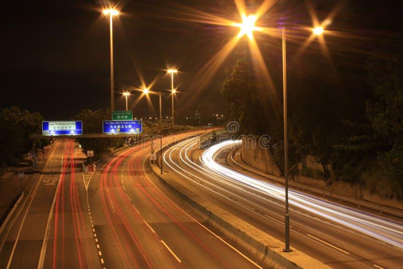 Движение шоссе на ноче, Гонконге стоковое фото