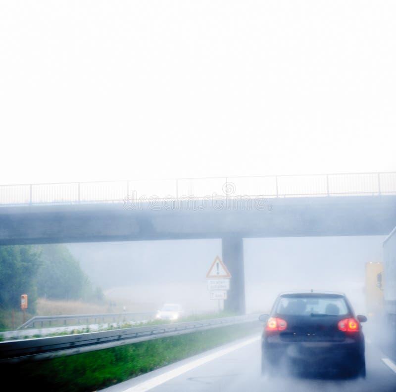 Движение шоссе на дождливый день стоковые фото