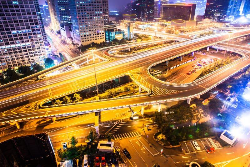 Движение whti моста на ноче стоковое фото