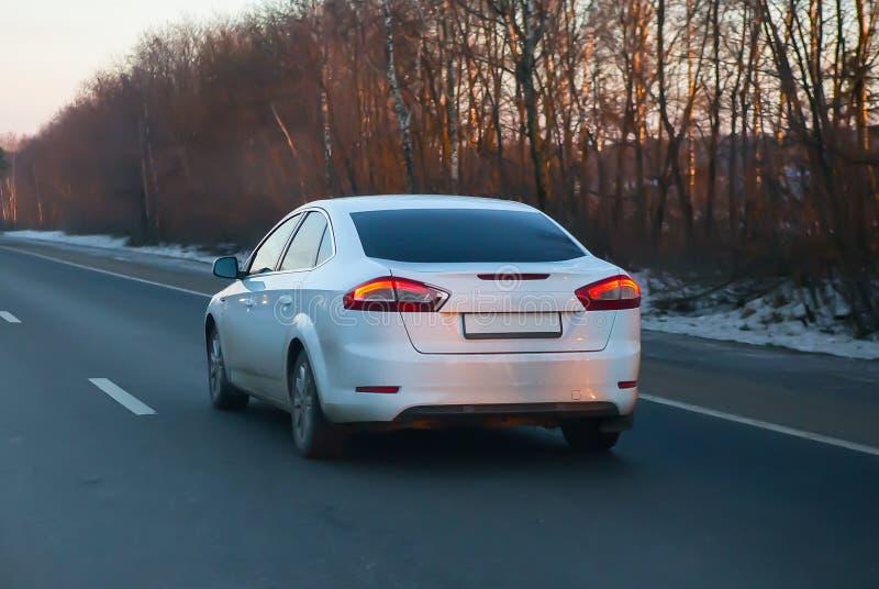 движения автомобиля в зиме на шоссе страны стоковое фото rf