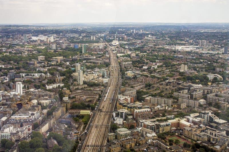 Двинутый под углом взгляд городка Лондона сверху стоковые фото