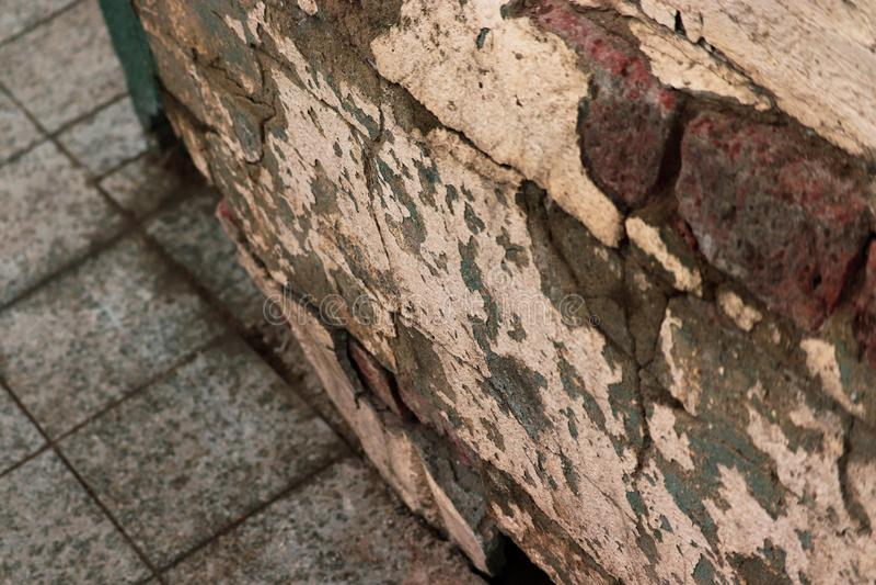 Двинутый под углом старый треснутый взгляд стены стоковое фото
