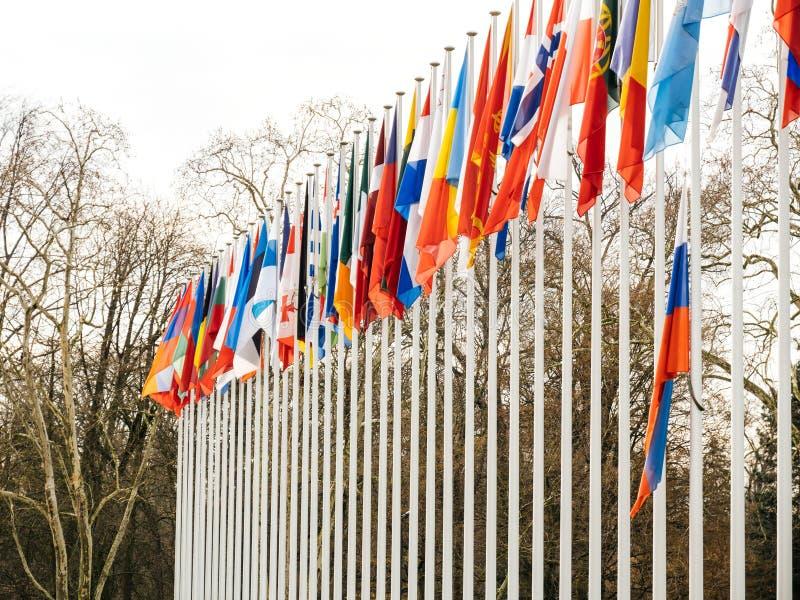 Двиньте под углом флаг полу-рангоута летания России на Совете Европы в St стоковые изображения