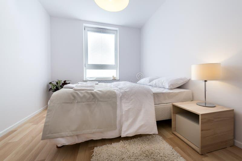 Двойная кровать в самомоднейшей нутряной комнате стоковое изображение