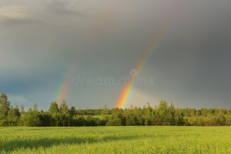Двойная радуга в небе после шторма стоковая фотография