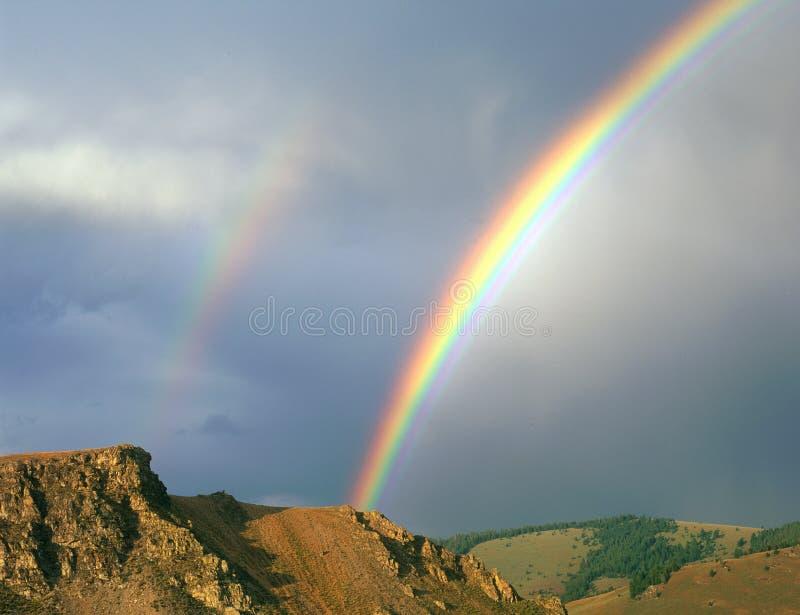 Двойная радуга в предгорьях ряда Sawtooth, рекреационная зона Sawtooth национальная, Айдахо стоковое фото rf