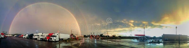 Двойная радуга над McDonald в Айове стоковое фото