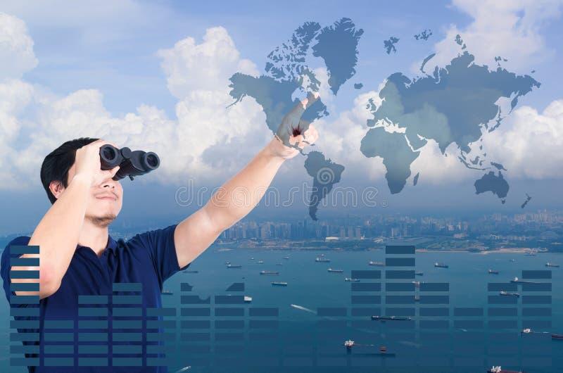 Двойная экспозиция азиатского инвестора с биноклями Над взглядом seascape от антенны стоковое фото rf