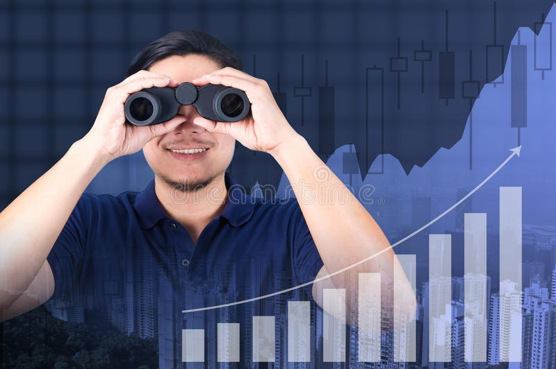 Двойная экспозиция азиатского инвестора с биноклями Над конспектом стоковые фото