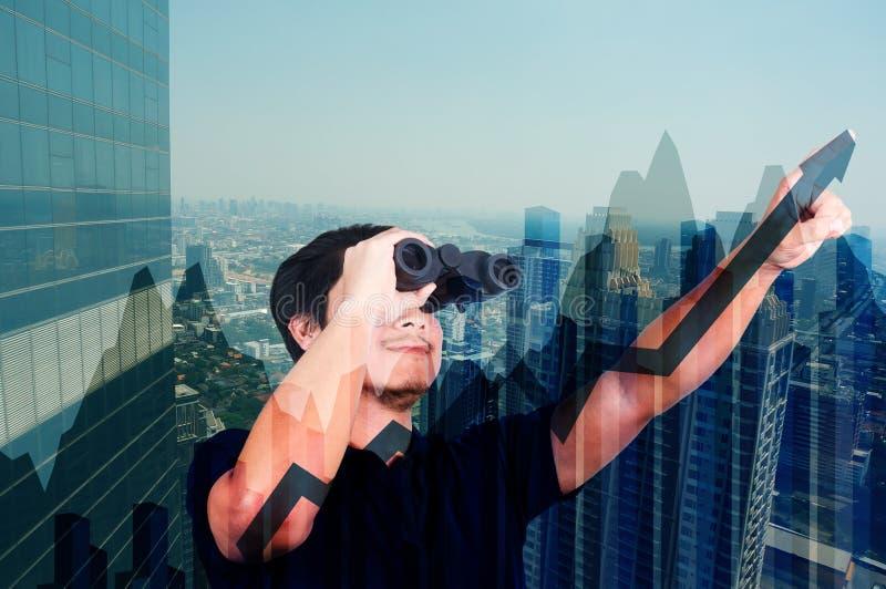 Двойная экспозиция азиатского инвестора с биноклями Над конспектом стоковое фото rf