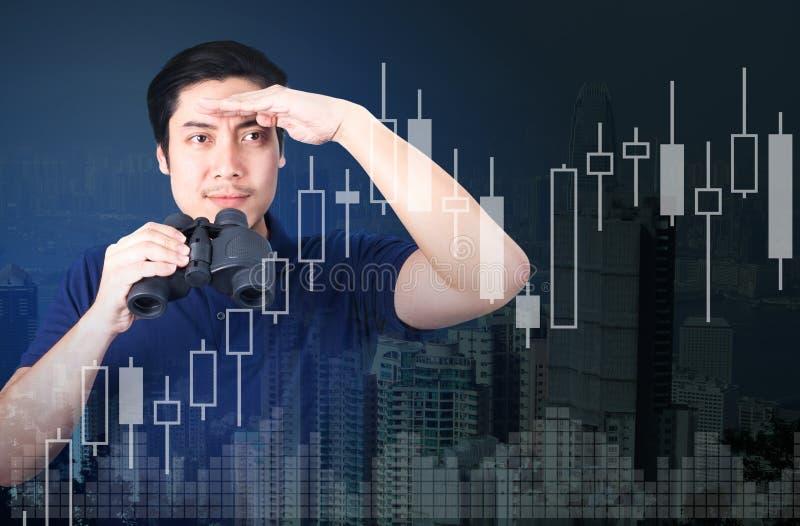 Двойная экспозиция азиатского инвестора с биноклями Над конспектом стоковые изображения rf