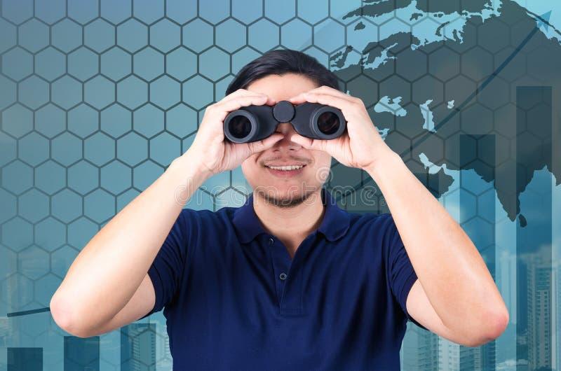 Двойная экспозиция азиатского инвестора с биноклями Над конспектом стоковое изображение