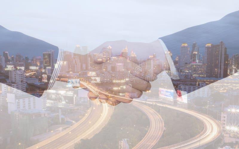 Двойная экспозиция бизнесмена 1 встряхивания руки стоковая фотография