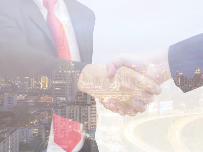 Двойная экспозиция бизнесмена 2 встряхивания руки стоковая фотография