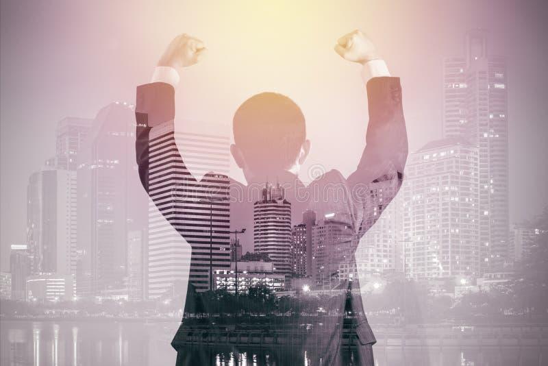 Двойная экспозиция бизнесмена в костюме с предпосылкой Illu города стоковая фотография