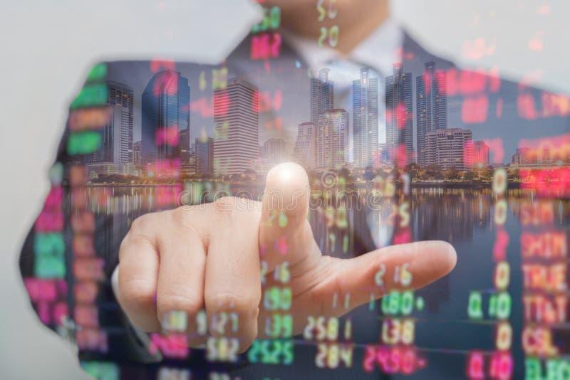 Двойная экспозиция бизнесмена нажимая на экране касания с обменом фондовой биржи над комнатой торговой операции стоковые изображения rf