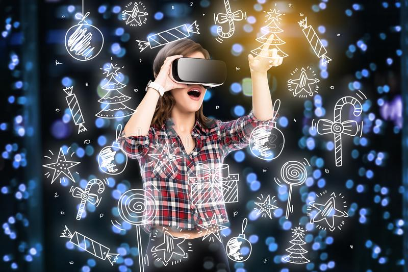 Двойная экспозиция, девушка получая опыт используя стекла VR, находящся в виртуальной реальности, выбирая забавляется стоковая фотография