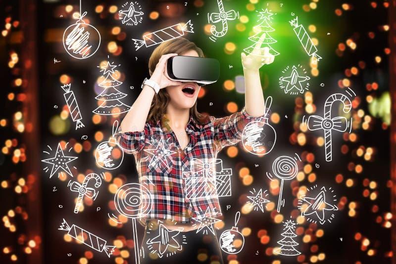 Двойная экспозиция, девушка получая опыт используя стекла VR, находящся в виртуальной реальности, выбирая забавляется стоковые фото