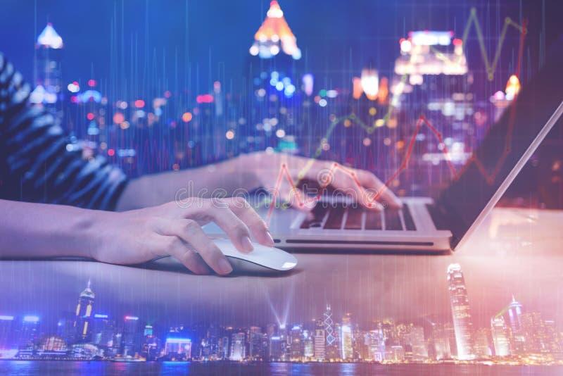 Двойная экспозиция женщины работая с компьтер-книжкой компьютера с диаграммой городского пейзажа и диаграммы стоковые фотографии rf