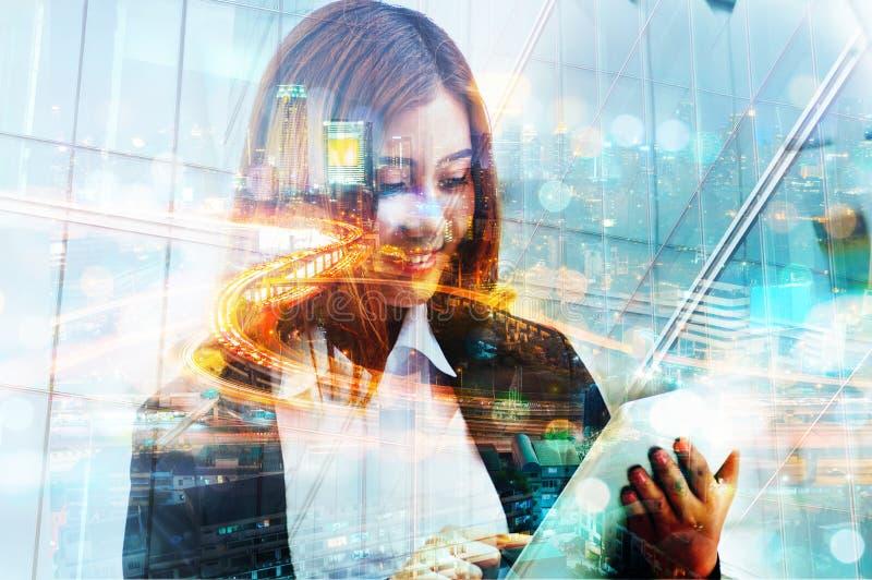 Двойная экспозиция животиков цифров пользы бизнес-леди беспроволочных передвижных стоковое изображение
